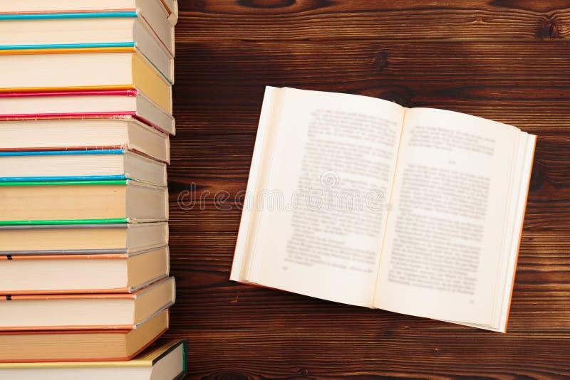 Étude du concept avec le livre ou le manuel d'ouverture dans la vieille bibliothèque, piles de pile des archives scolaires des te images stock