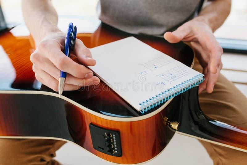 Étude pour jouer la guitare Éducation de musique et leçons hors programme Passe-temps et enthousiasme pour jouer la guitare et images libres de droits
