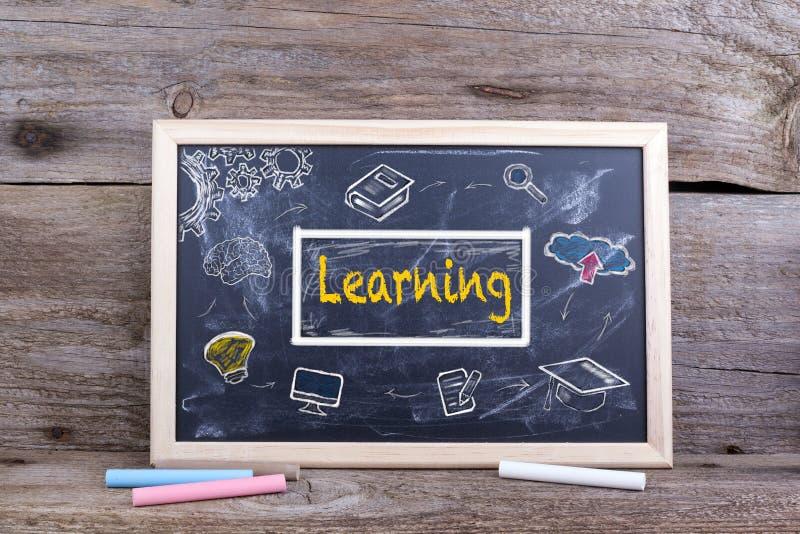 Étude sur le tableau noir Les universitaires d'éducation de la connaissance étudient concentré images stock