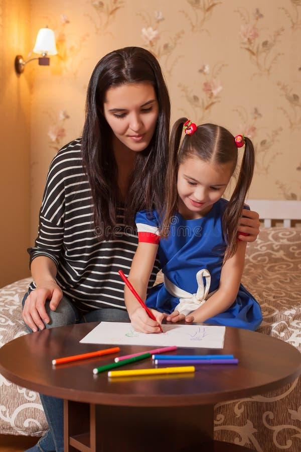 Études de petite fille à dessiner image libre de droits