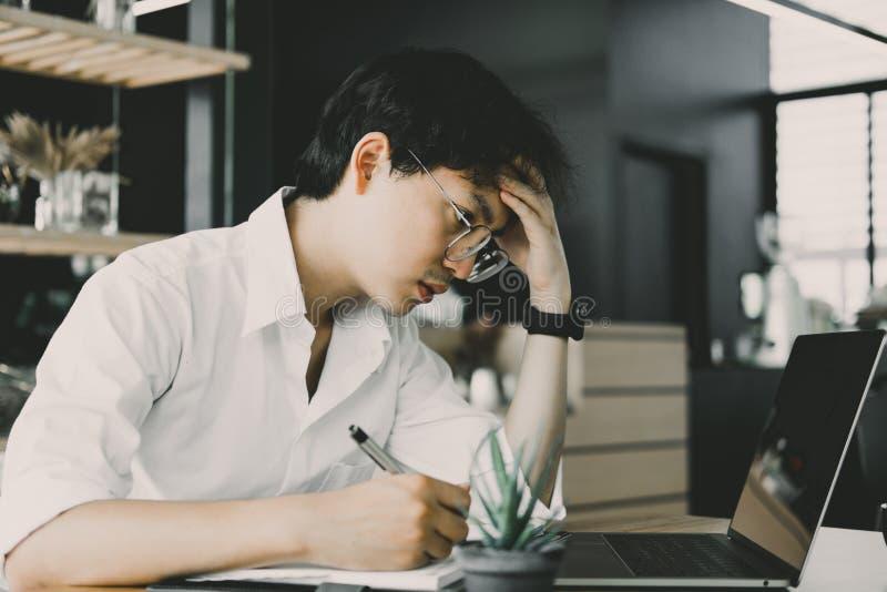 Étudiant à l'aide de l'ordinateur pour apprendre le leasson en ligne au café Étoile images stock