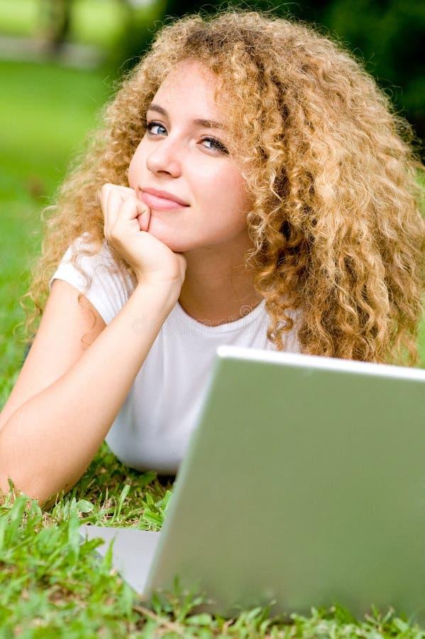Étudiant à l'extérieur image libre de droits