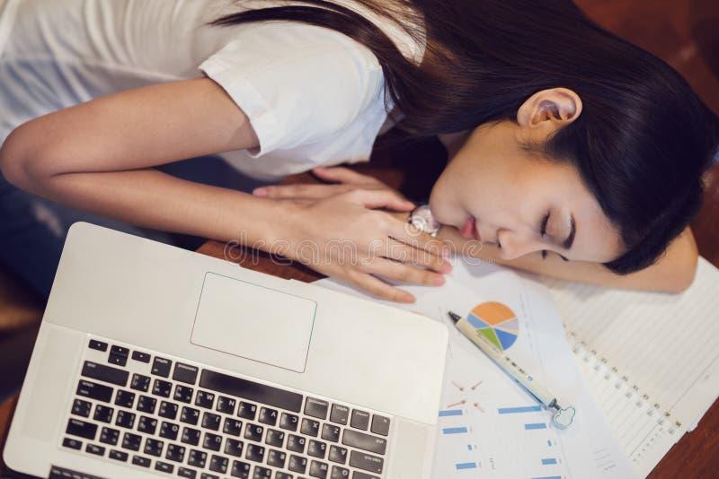 Étudiant à l'université dormant après worke de maison de finition sur le De photo stock