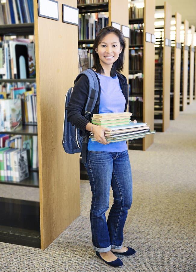 Étudiant à la bibliothèque photos libres de droits
