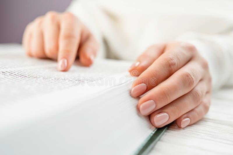 Étudiant à la bibliothèque universitaire se préparant aux examens Apprenant, gratitude, concept de religion Lecture méconnaissabl photographie stock libre de droits