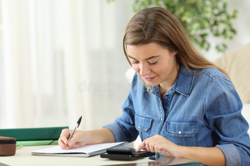 Étudiant étudiant le calcul avec une calculatrice photos libres de droits
