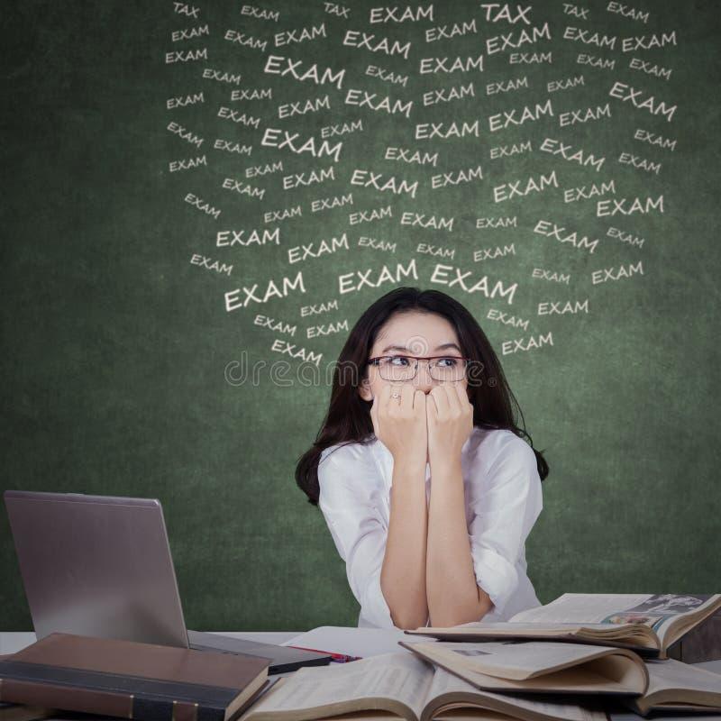Étudiant adolescent nerveux pour faire face à l'examen photo libre de droits