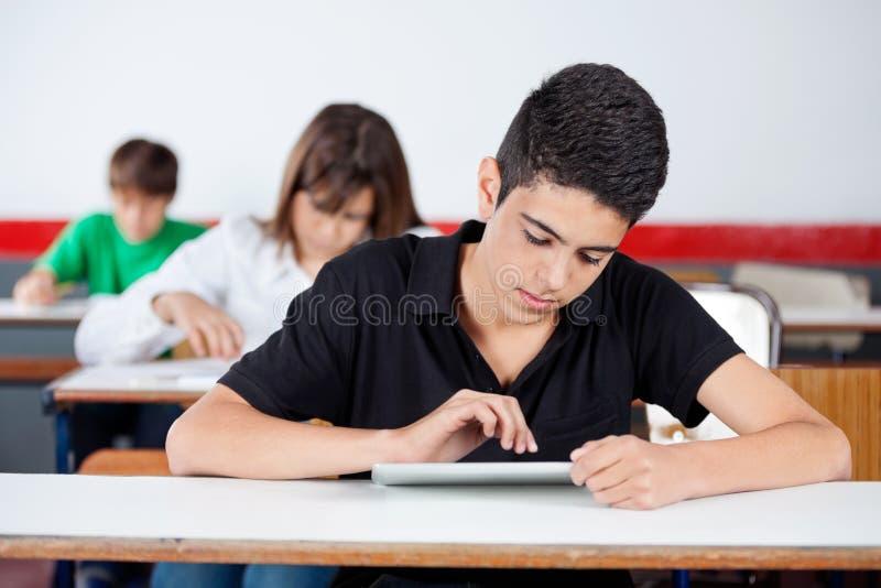 Étudiant adolescent Using Digital Tablet à photo libre de droits