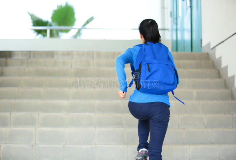 Étudiant adulte courant aux escaliers dans le campus photographie stock libre de droits