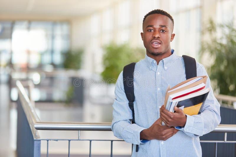 Étudiant africain avec des manuels image libre de droits