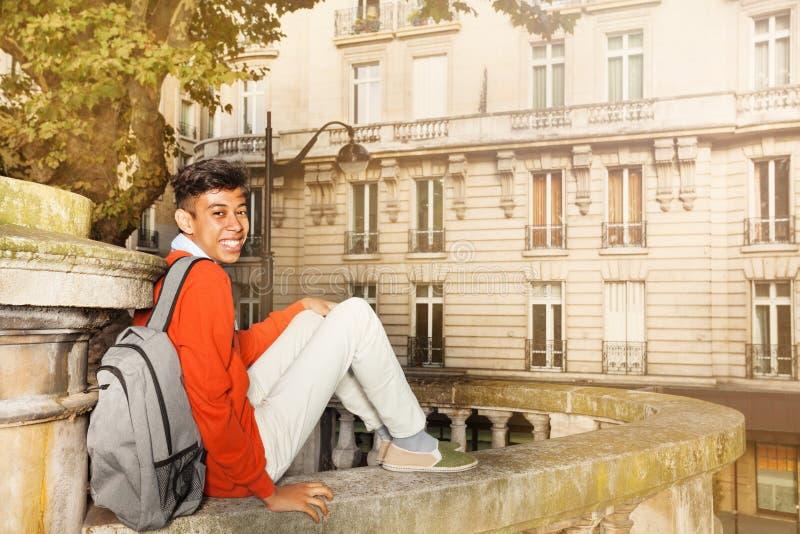 Étudiant africain s'asseyant sur la rue de Paris photos libres de droits