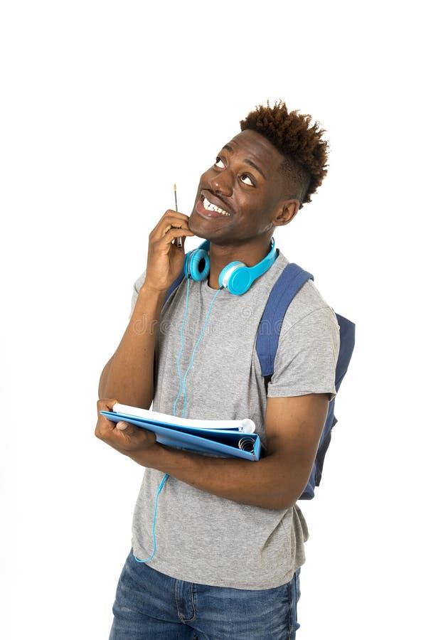 Étudiant afro-américain de jeune noir heureux d'université sur son positif 20s de sourire photo stock