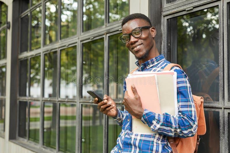 Étudiant afro-américain Posing dans le campus image stock