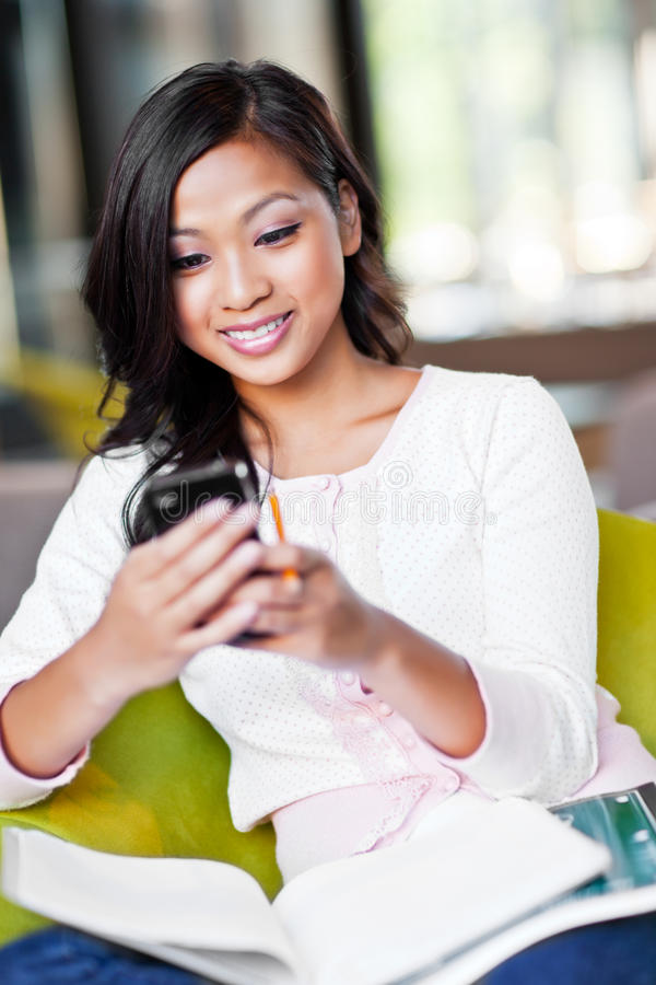 Étudiant asiatique texting photo stock