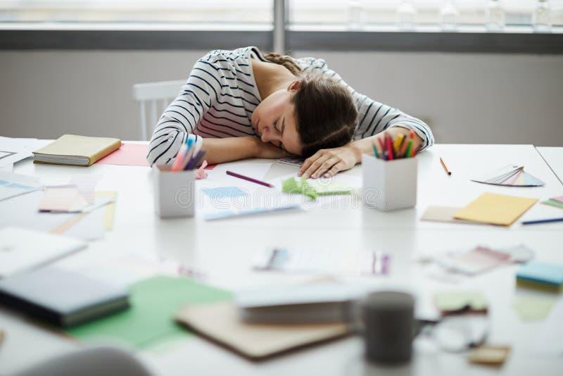 Étudiant Asleep sur le bureau photo stock