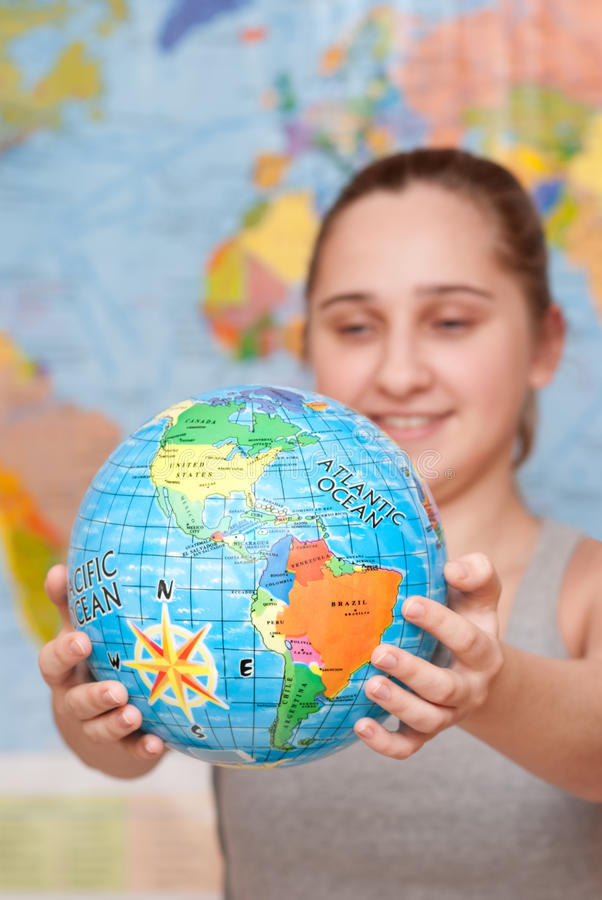 Étudiant avec le globe photo stock