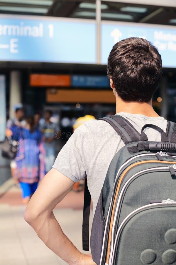 Étudiant avec le sac à dos dans l'aéroport photo libre de droits