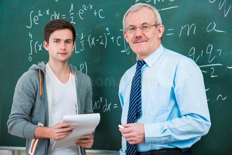 Étudiant avec un professeur dans la salle de classe photos stock