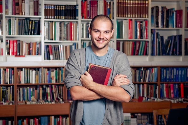 Étudiant bel dans la bibliothèque images libres de droits