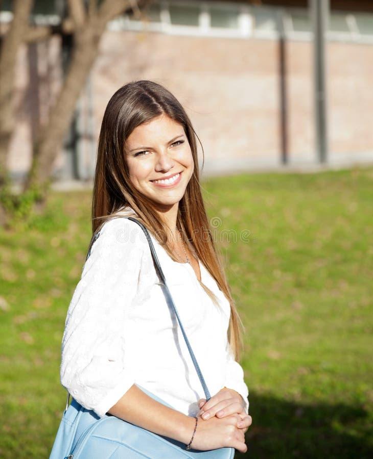 Étudiant Carrying Shoulder Bag sur le campus d'université photos stock