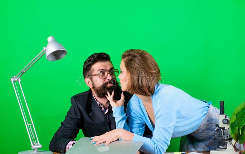 Étudiant chaud Étude de la manière numérique Professeur mûr et femelle attirante Concept interdit de relations Leçon privée photo stock