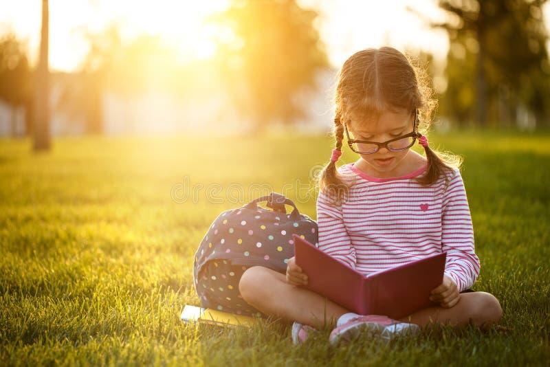 Étudiant d'école primaire d'écolière de fille d'enfant photo libre de droits