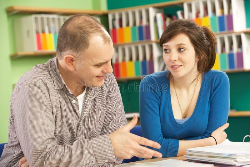 Étudiant d'adolescent dans la salle de classe photographie stock