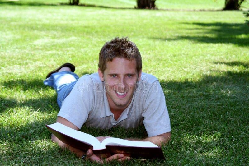 Étudiant dans l'herbe photo stock