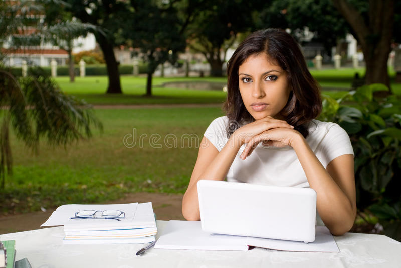 Étudiant dans le campus images stock