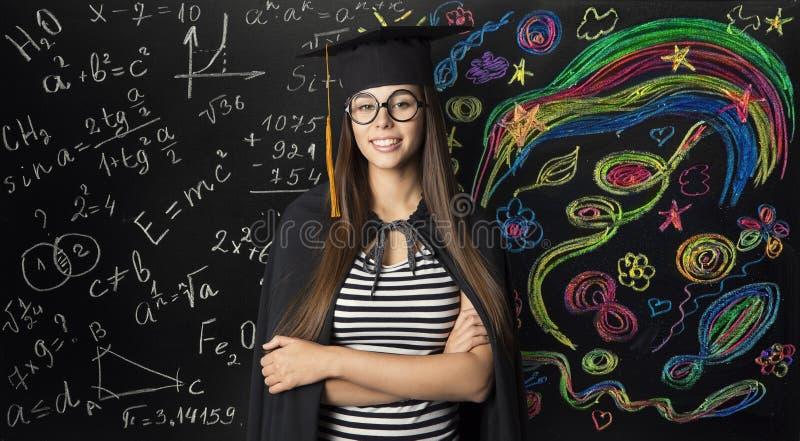 Étudiant dans le chapeau d'obtention du diplôme de taloche, jeune femme apprenant des maths photographie stock libre de droits