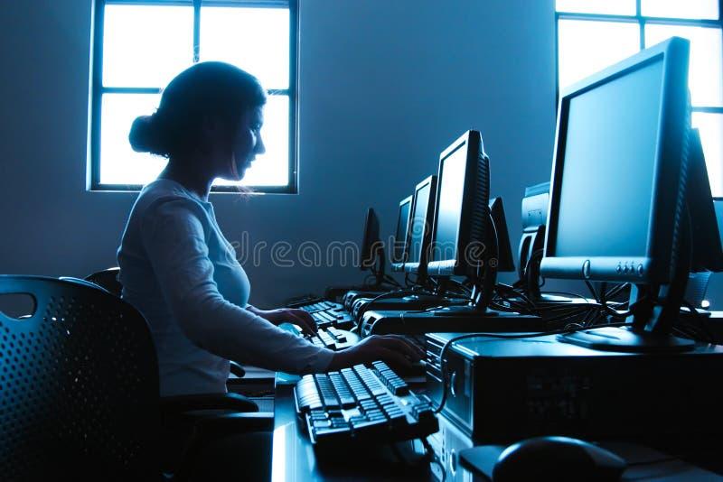 Étudiant dans le laboratoire d'ordinateur photographie stock