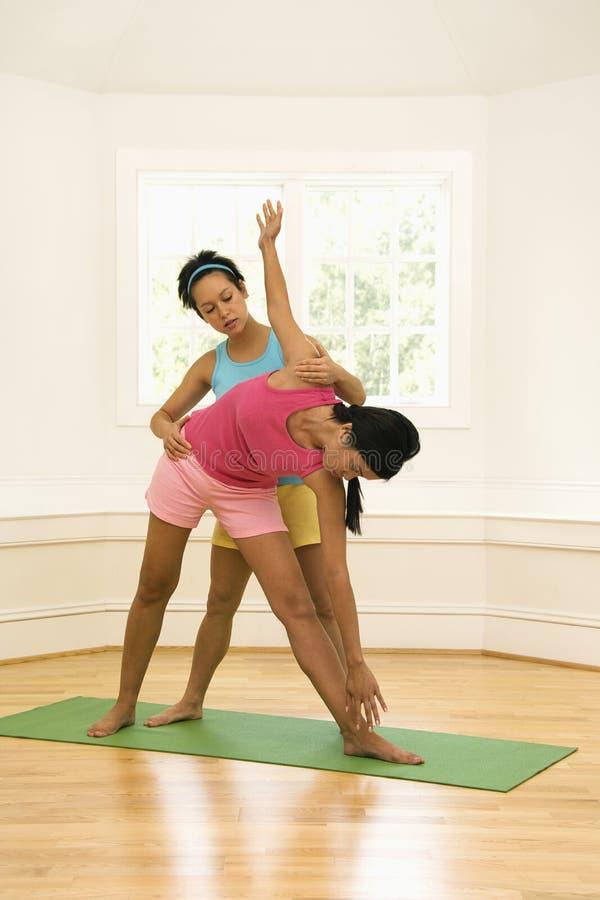 Étudiant de aide d'instructeur de yoga image libre de droits