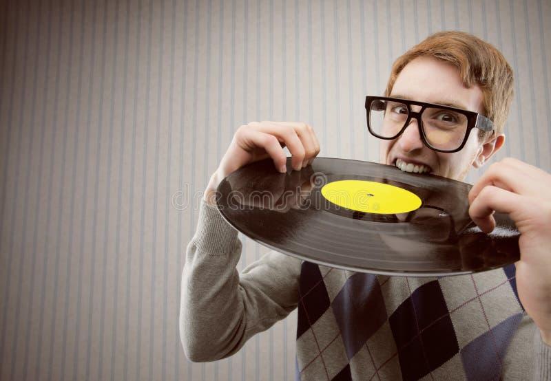 Étudiant fâché, mordant un disque vinyle photos stock
