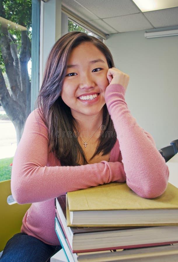 Étudiant de l'adolescence avec la pile de livre photos libres de droits