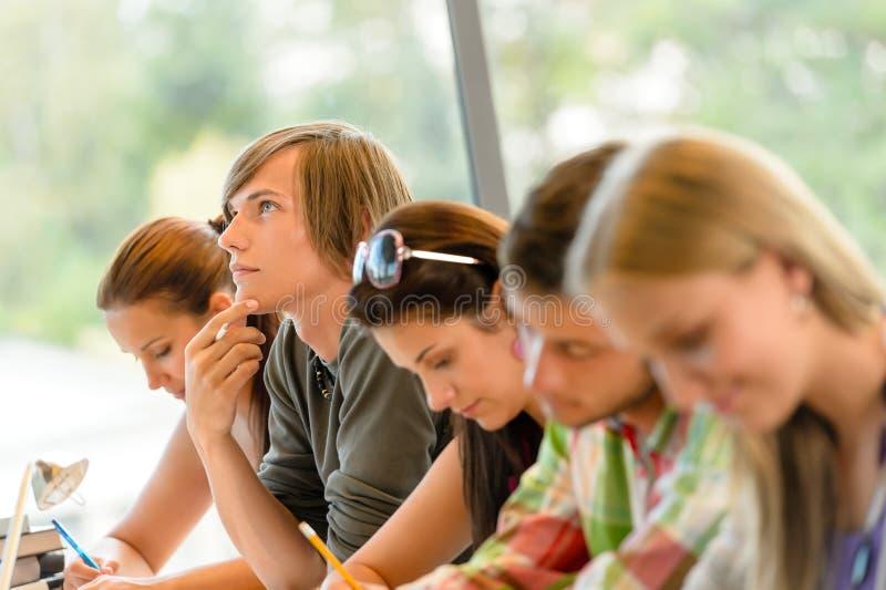 Étudiant de lycée pensant aux années de l'adolescence de classe d'examen photo libre de droits