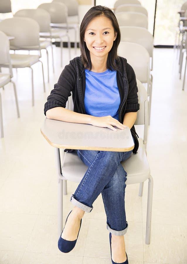 Étudiant de sourire dans la salle de classe image stock