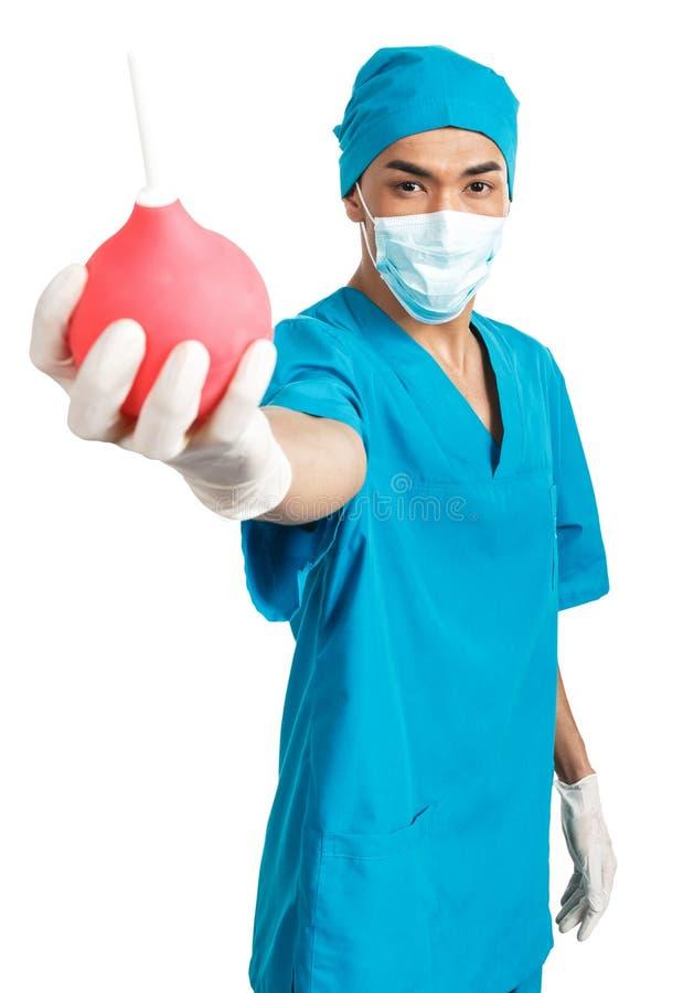 Étudiant en médecine avec la seringue de lavement images stock