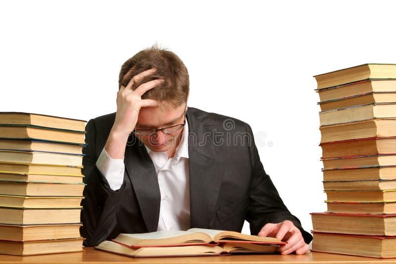 Étudiant ennuyé et fatigué après dur labeur d'isolement sur le blanc photos stock