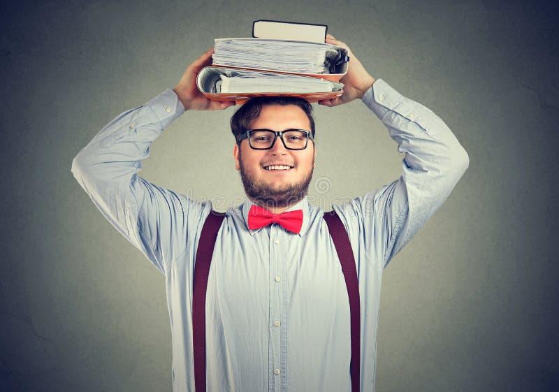 Étudiant enthousiaste avec des livres sur la tête images stock