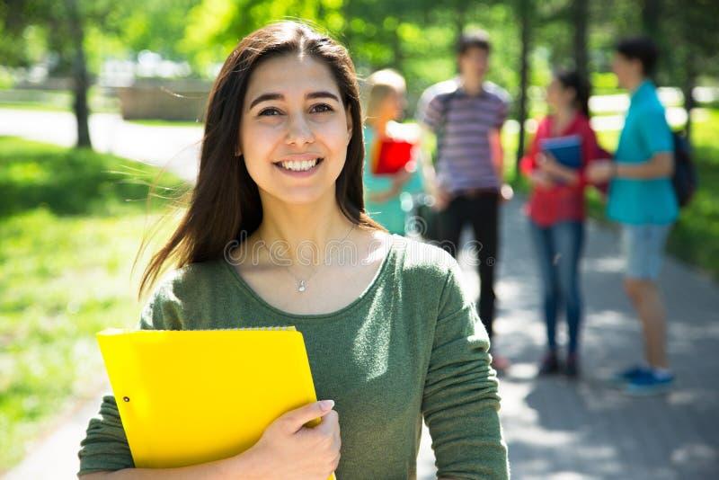 Étudiant féminin à l'extérieur images stock