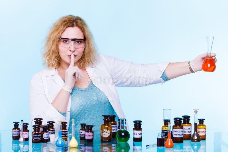 Étudiant féminin de chimie avec le flacon d'essai de verrerie photo stock