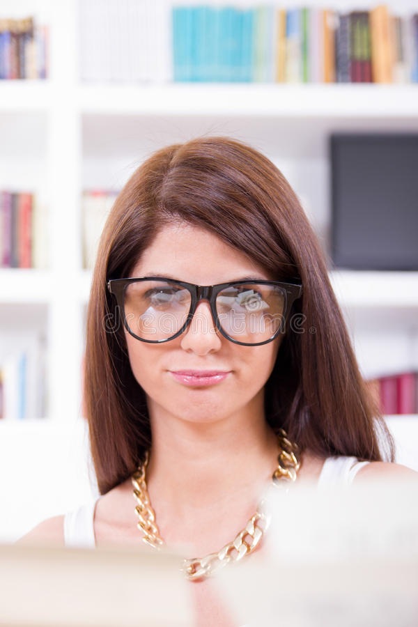 Étudiant féminin de connaisseur avec des verres images libres de droits