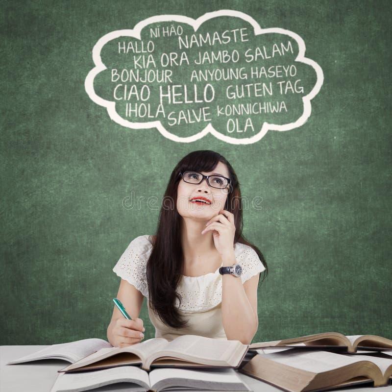 Étudiant féminin intelligent étudiant la langue étrangère image libre de droits