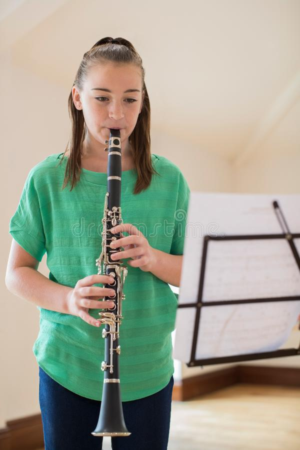 Étudiant féminin Playing Clarinet de lycée photo libre de droits