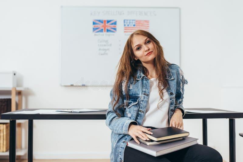Étudiant féminin regardant l'appareil-photo École d'anglais images stock