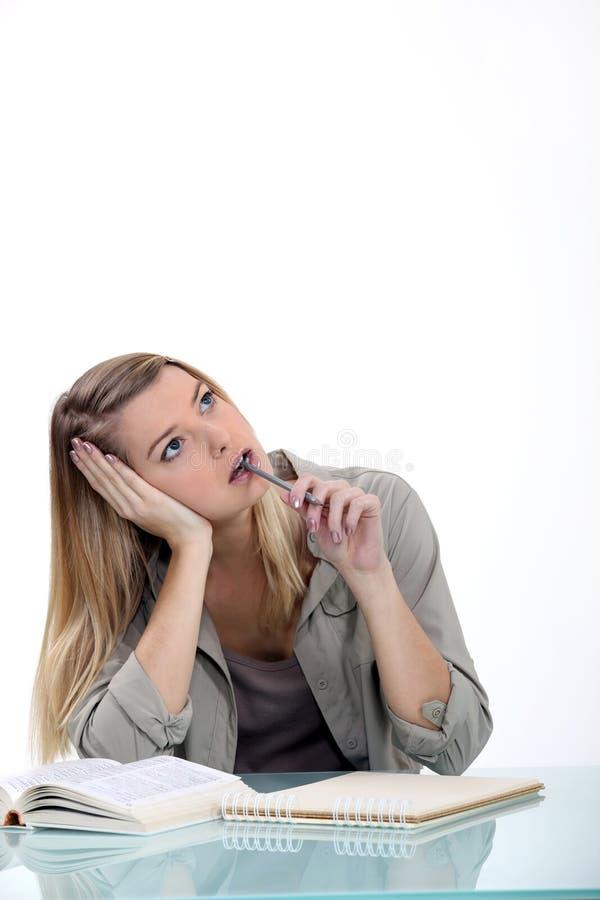 Étudiant féminin songeur image stock