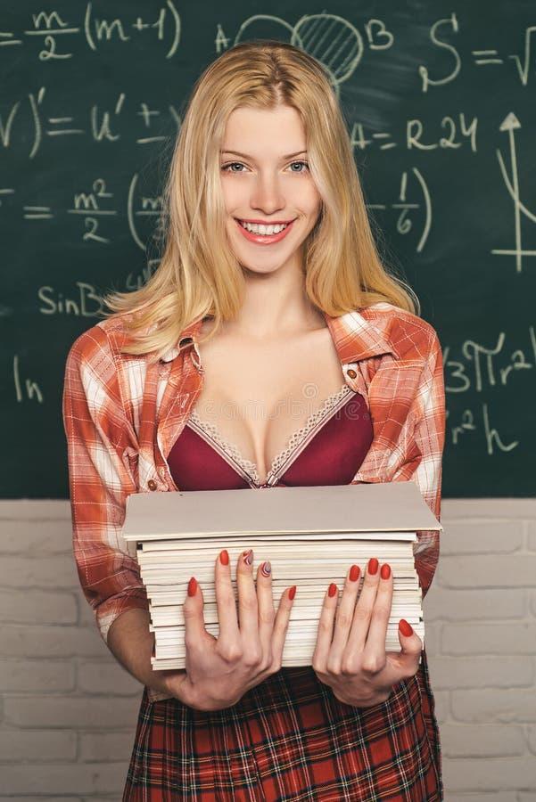 Étudiant féminin sur le campus Apr?s examen ?tudiant sensuel Jour de la connaissance tutoring Jour de professeurs ?tudiant sexy image libre de droits