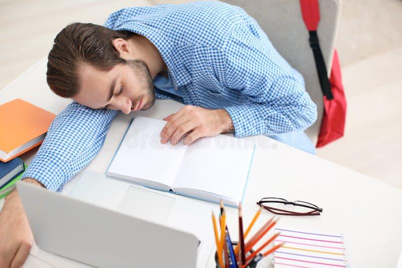 Étudiant fatigué dormant à la table photographie stock libre de droits