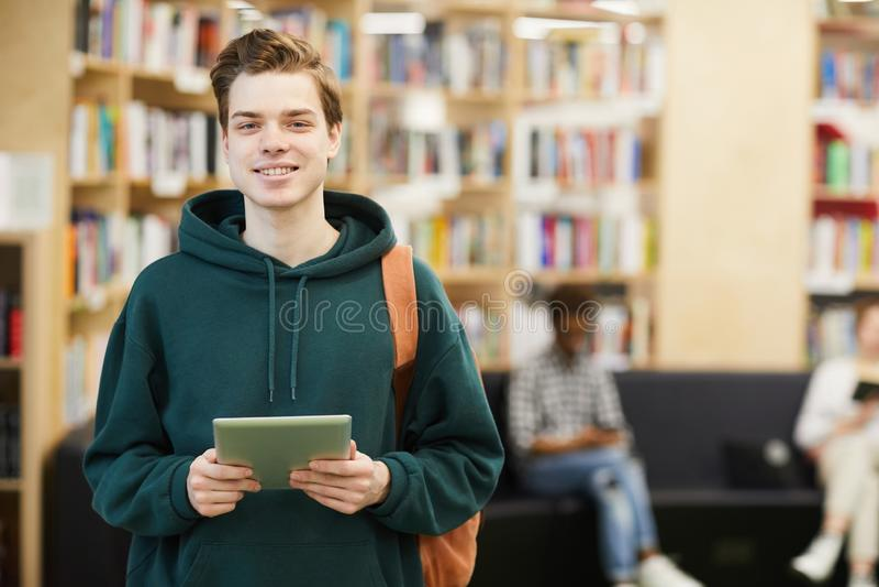 Étudiant gai de lycée avec le comprimé image libre de droits