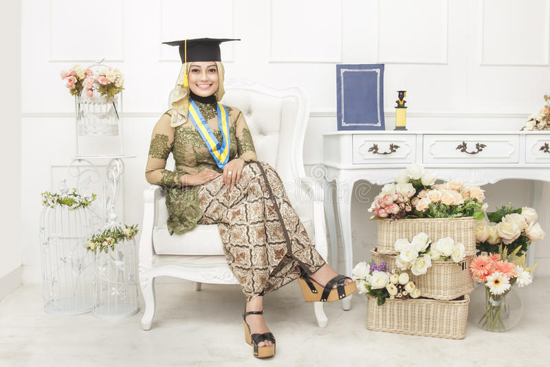 Étudiant gradué féminin portant les vêtements traditionnels indonésiens photos libres de droits